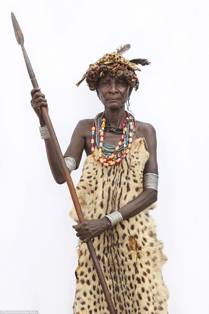 Một phụ nữ lớn tuổi của tộc Dassanech đang cầm một mũi giáo. Trong nhiều bộ tộc, người cao tuổi thường được coi trọng hơn các thành viên trẻ.