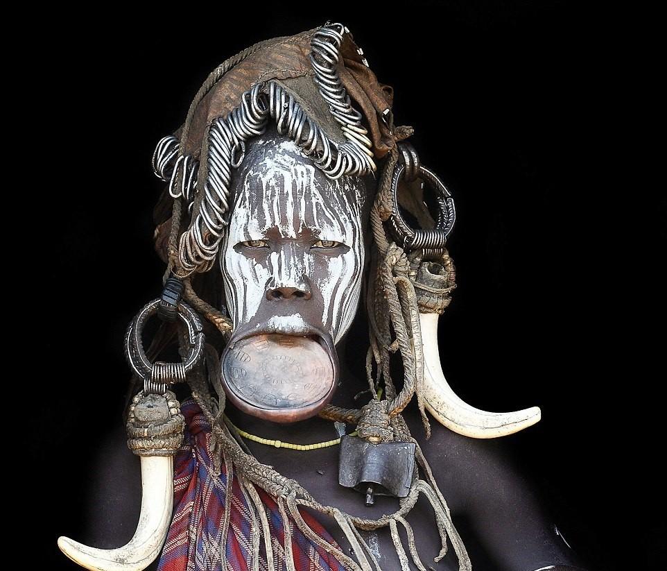 Mario Gerth đã chu du châu Phi trong suốt 7 năm qua, trải nghiệm cuộc sống của các bộ tộc ở Kenya, Namibia và Ethiopia. Trong ảnh là một phụ nữ thuộc bộ tộc Muri của Ethiopia.