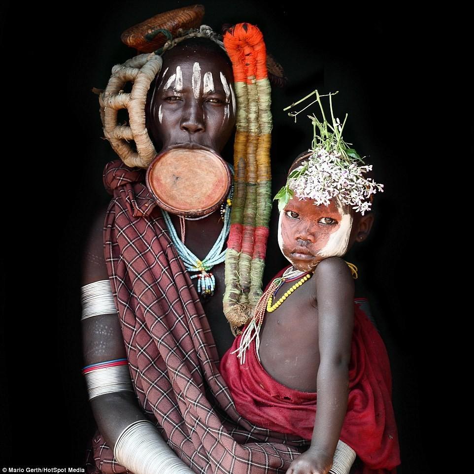Phụ nữ thuộc bộ tộc Muri đeo các đĩa gốm lớn ở vành môi, biểu tượng của vẻ đẹp, và tự chế màu vẽ cơ thể từ những nguyên liệu thiên nhiên như đá phấn và đất.