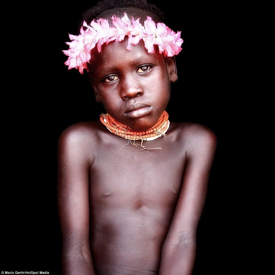 Cậu bé này thuộc tộc Karo, bộ tộc có 1.000 thành viên sống dựa vào nông nghiệp và đánh cá. Nam giới vẽ lên cơ thể mình, đeo tràng hoa và trang sức để tham dự lễ hội hoặc thu hút người khác giới.