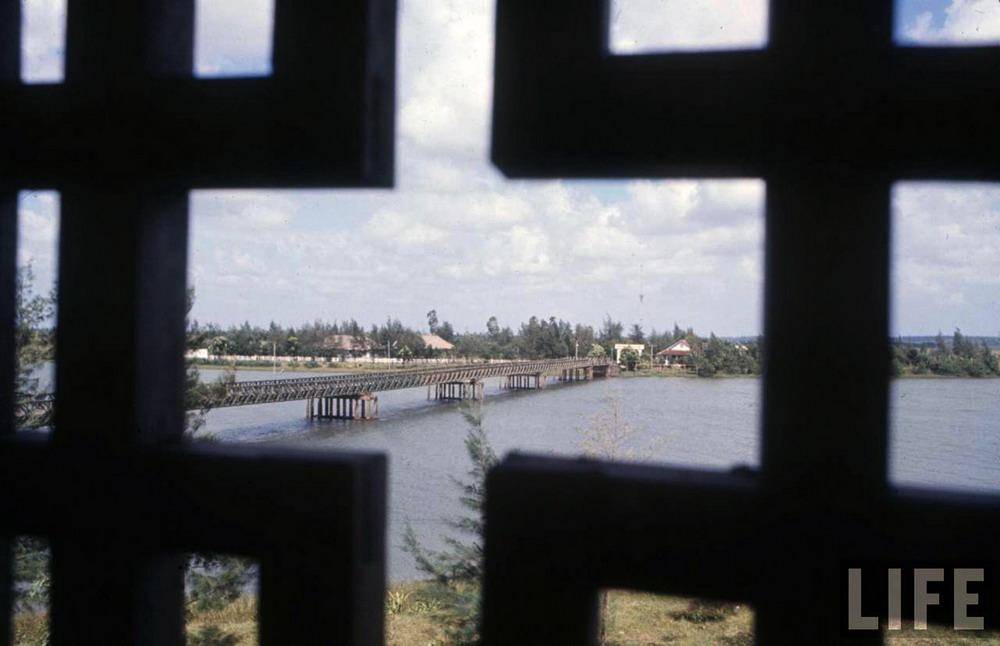 Hình ảnh lịch sử về cuộc đối đầu tại cầu Hiền Lương
