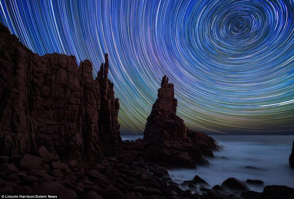 Các bức ảnh được chụp ở công viên quốc gia Yosemite, Lake Tahoe (Mỹ), Cape Woomalai, Sutton Grange (Australia).