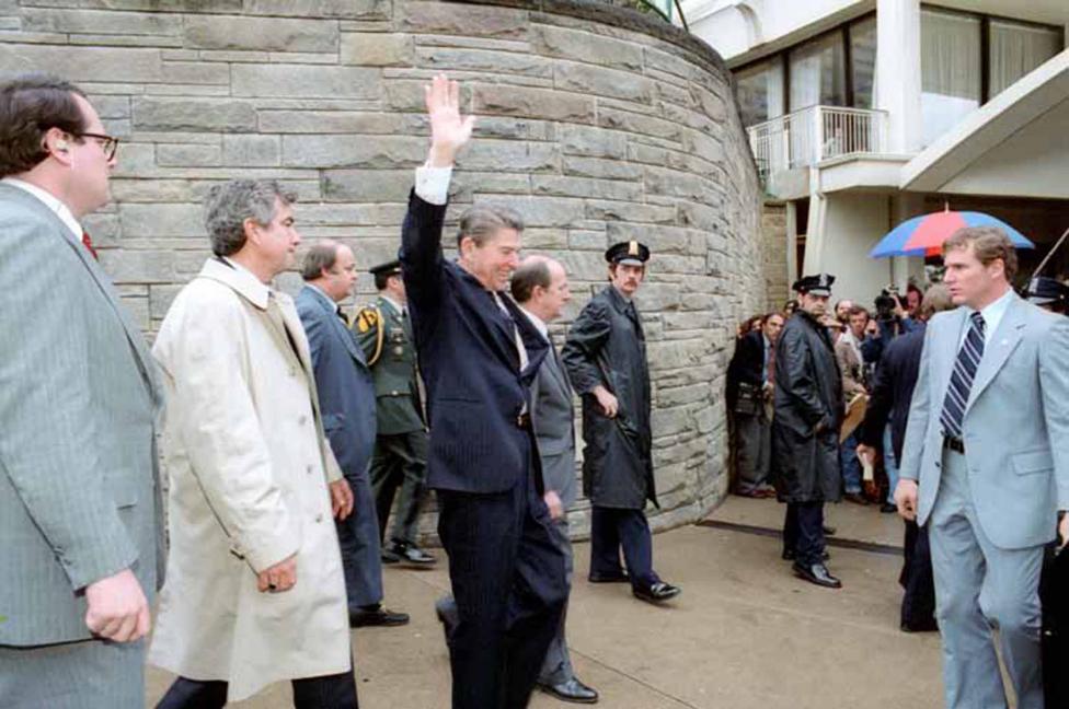 Khoanh khac Tong thong My Reagan vay tay truoc khi bi ban hinh anh 1