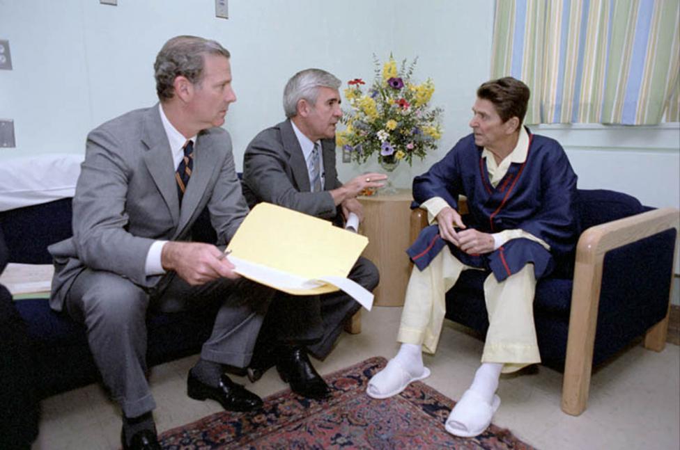 Khoanh khac Tong thong My Reagan vay tay truoc khi bi ban hinh anh 11
