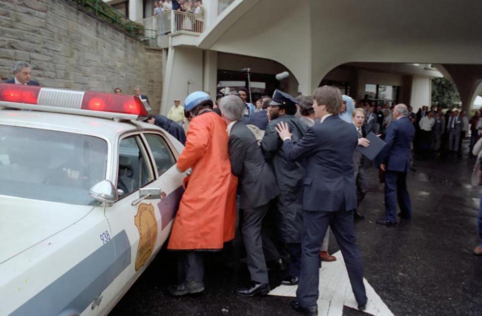 Khoanh khac Tong thong My Reagan vay tay truoc khi bi ban hinh anh 7