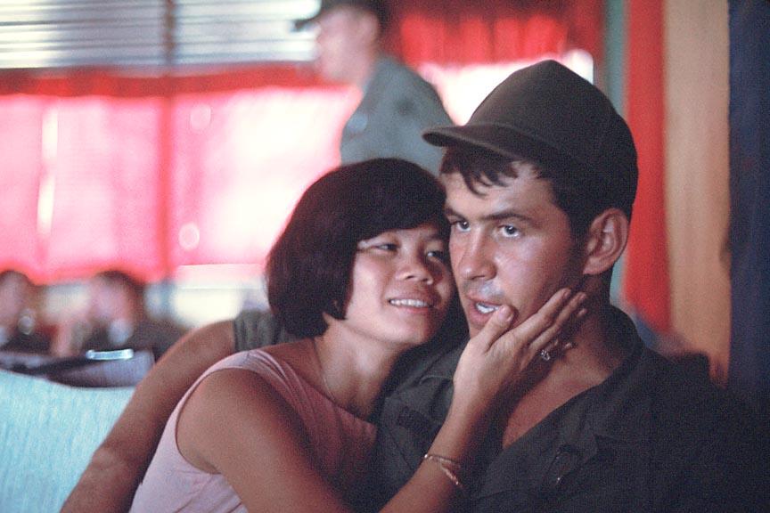 Ảnh độc về người đẹp Việt ở Nha Trang năm 1968