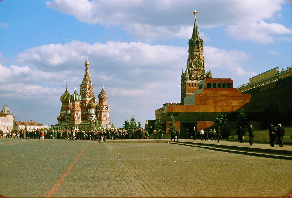 Красная площадь. Мавзолей Ленина и собор Василия Блаженного