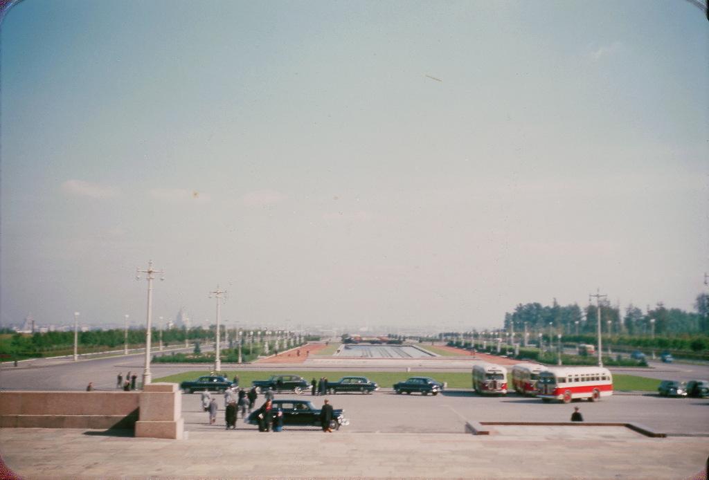 Легковые автомобили и автобусы на площади перед МГУ