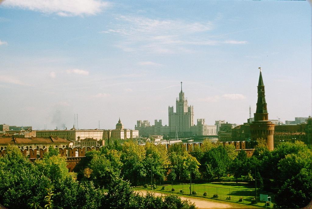 Вид из Кремля на жилой дом на Котельнической набережной