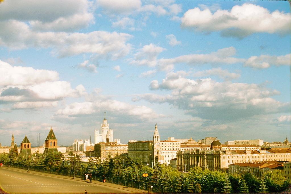 Вид из Кремля на жилой дом на Котельнической набережной.