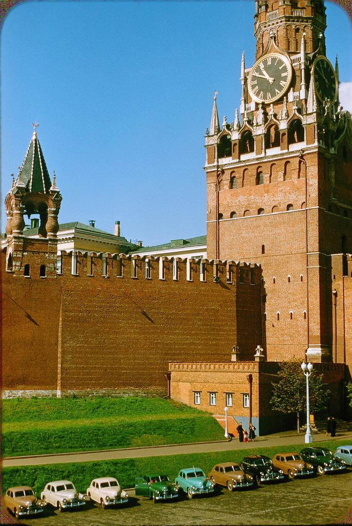Автостоянка возле Кремля