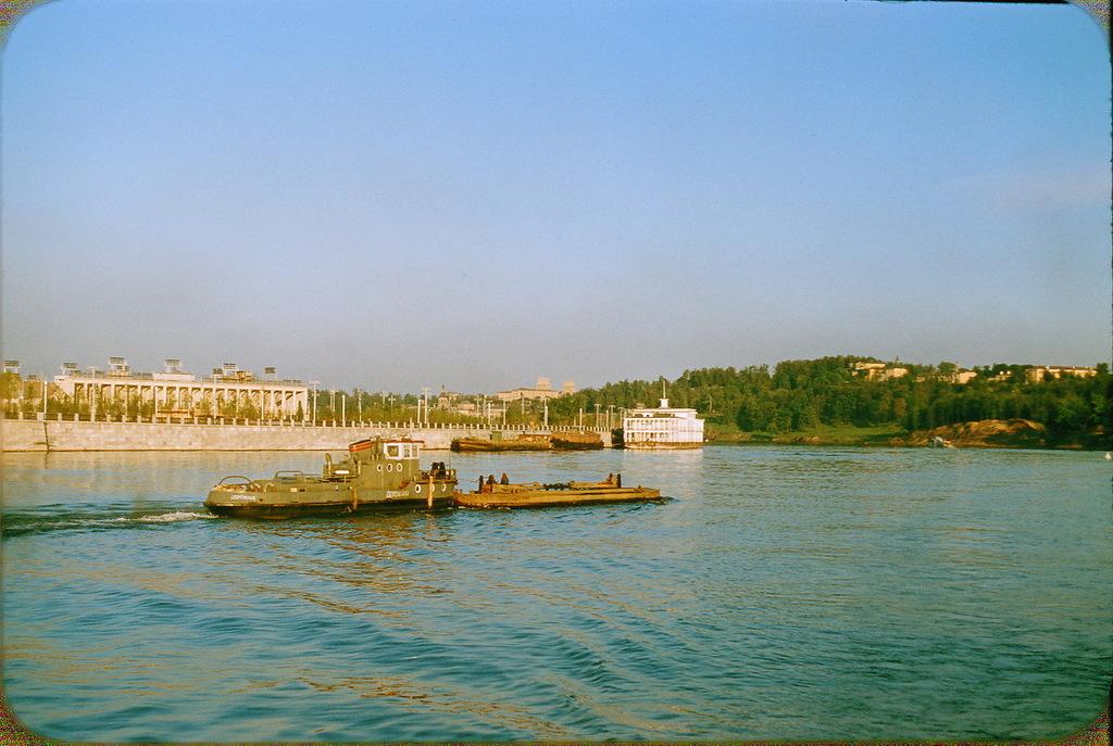 Катер, плывущий по Москве-реке напротив стадиона имени Ленина