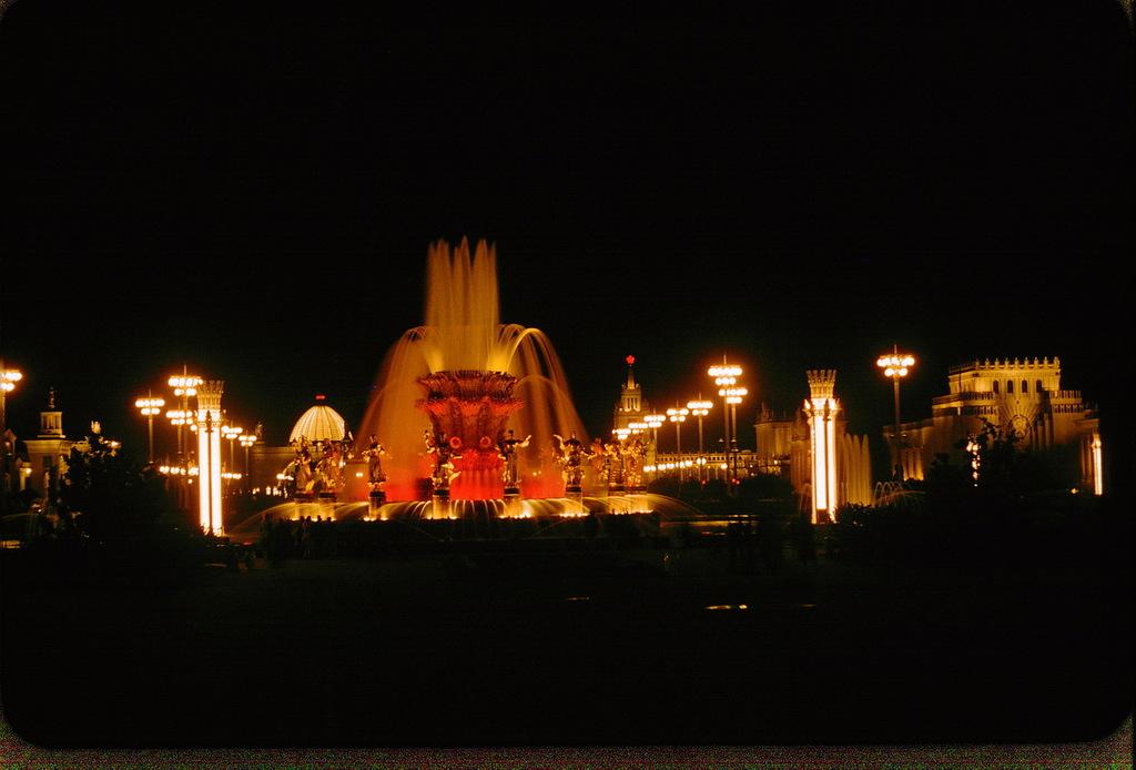 Ночной вид фонтана «Дружба народов»