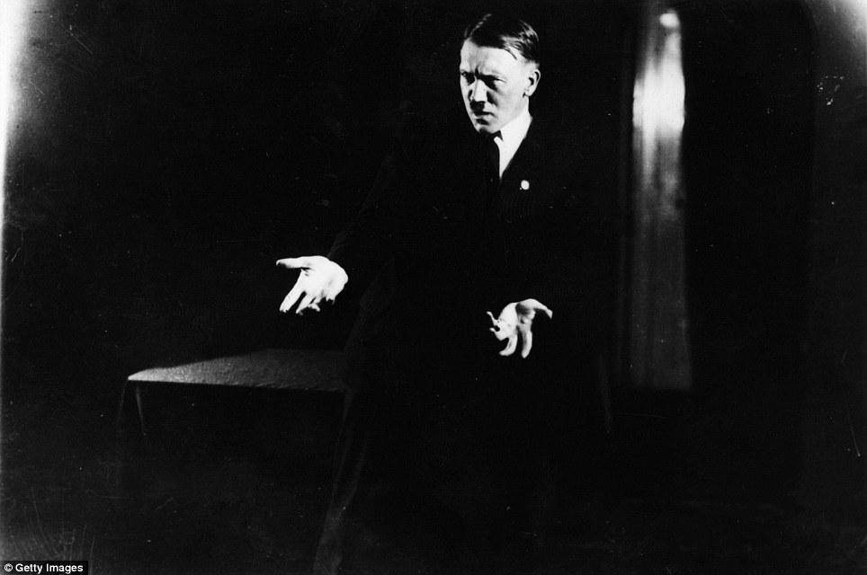 Chùm ảnh: Khi Hitler tập diễn thuyết trước gương