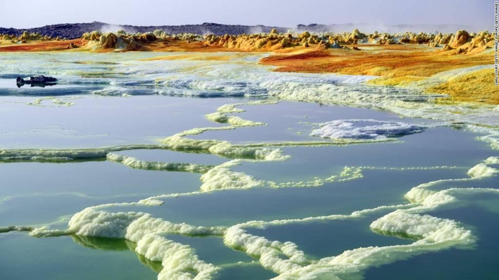 Chùm ảnh: Tìm 'vàng trắng' ở nơi khắc nghiệt nhất thế giới