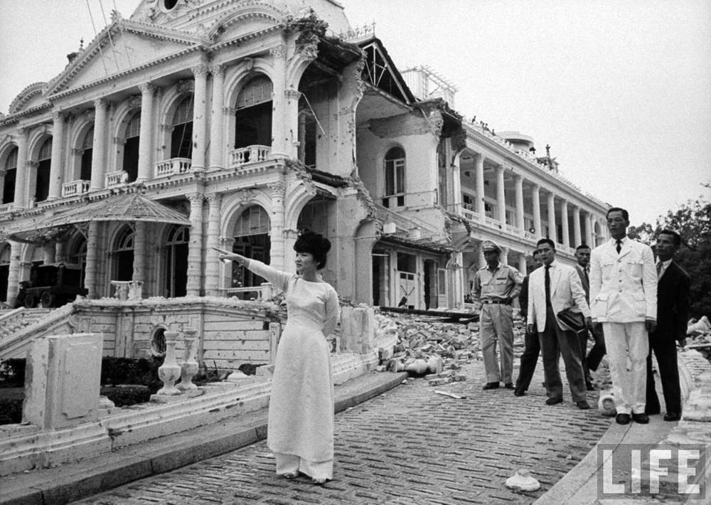 Chùm ảnh: Trần Lệ Xuân trên đống đổ nát của Dinh Độc Lập năm 1962