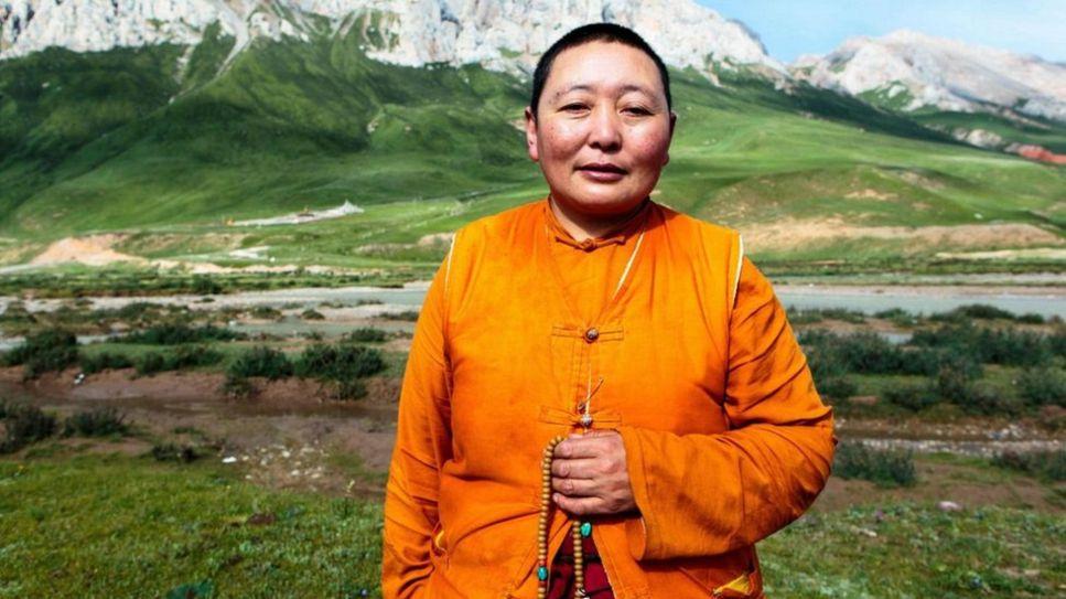 Sonanwangmo, 46 tuổi, lớn lên trong một gia đình du mục có sáu con, chuyên nuôi bò lông Tây Tạng, và đi tu từ lúc mới 13 tuổi