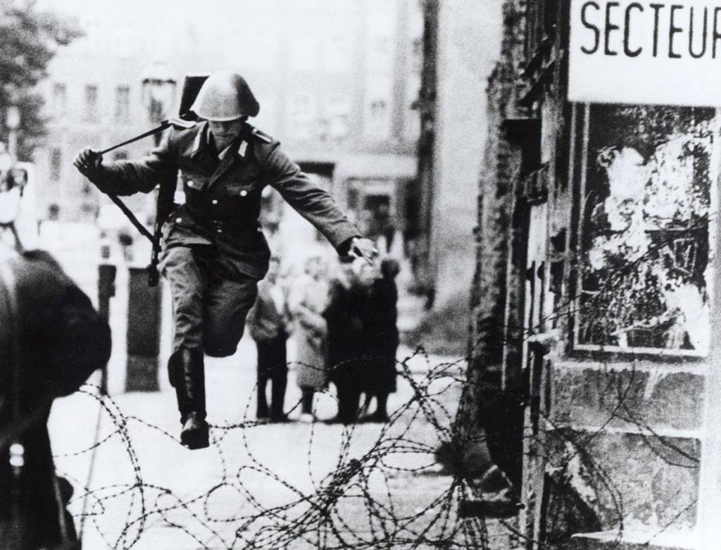 Sự thật bi thảm sau một bức ảnh nổi tiếng thời chiến tranh Lạnh