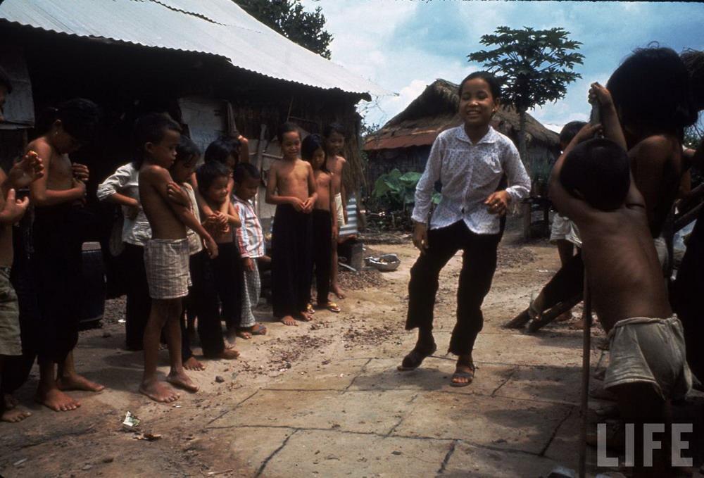 Chùm ảnh: Bé gái Việt làm triệu người xúc động trên tạp chí LIFE 1968