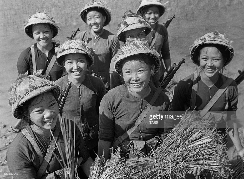 Hình ảnh tuyệt vời về phụ nữ Việt Nam thời chiến của phóng viên quốc tế
