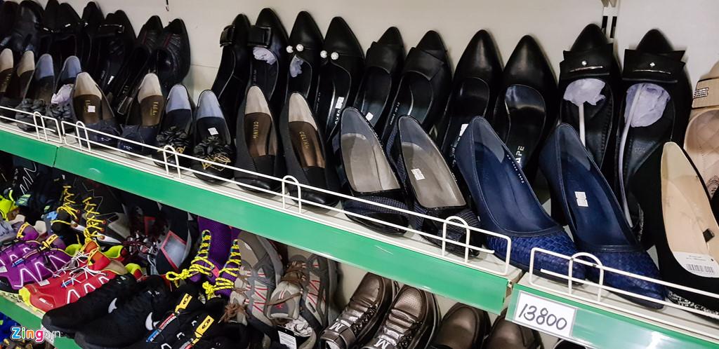 Bia Sai Gon, ao Adidas, keo Meiji trong cua hang o Trieu Tien hinh anh 10