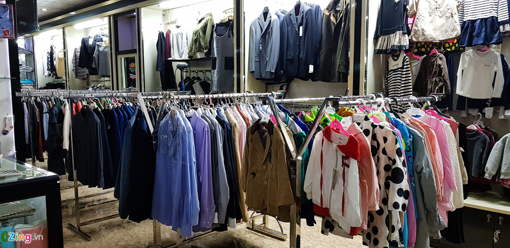 Bia Sai Gon, ao Adidas, keo Meiji trong cua hang o Trieu Tien hinh anh 8