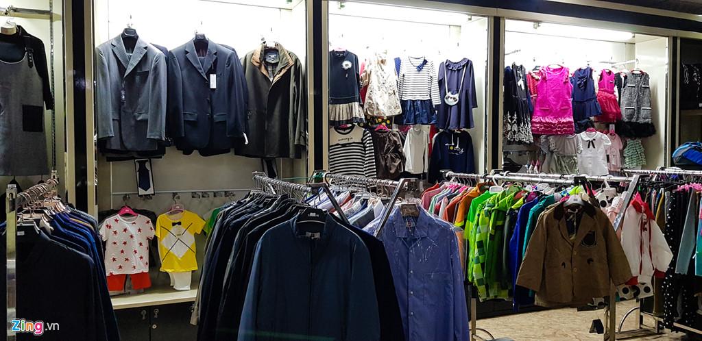 Bia Sai Gon, ao Adidas, keo Meiji trong cua hang o Trieu Tien hinh anh 9