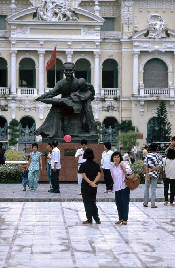 Sài Gòn: Tượng đài phía trước Tòa thị chính