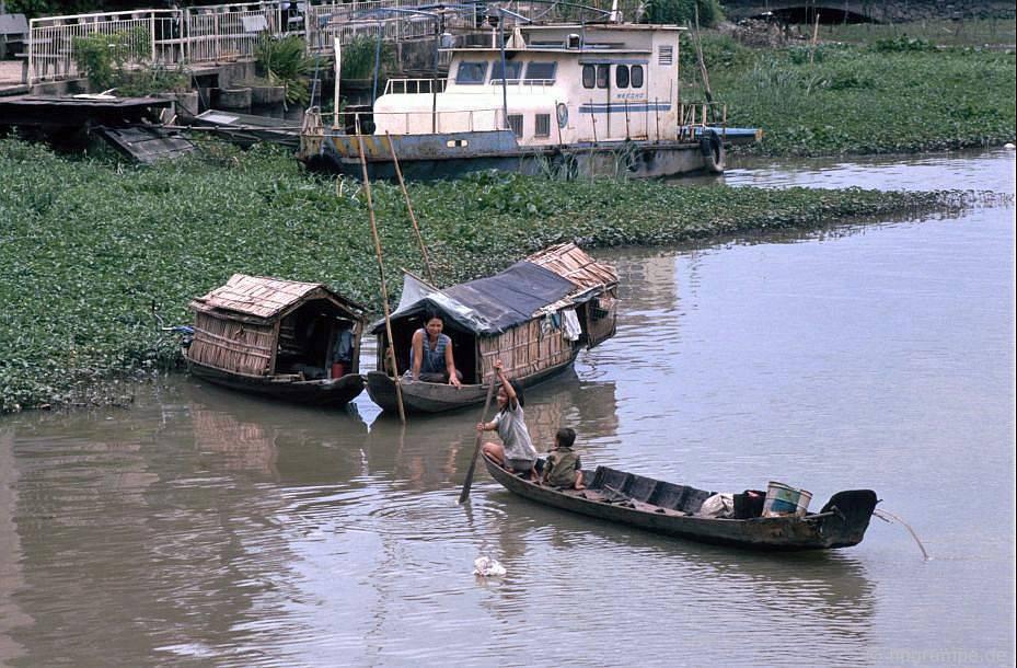 Sài Gòn: Chèo thuyền buồm ở một bên sông Sài Gòn