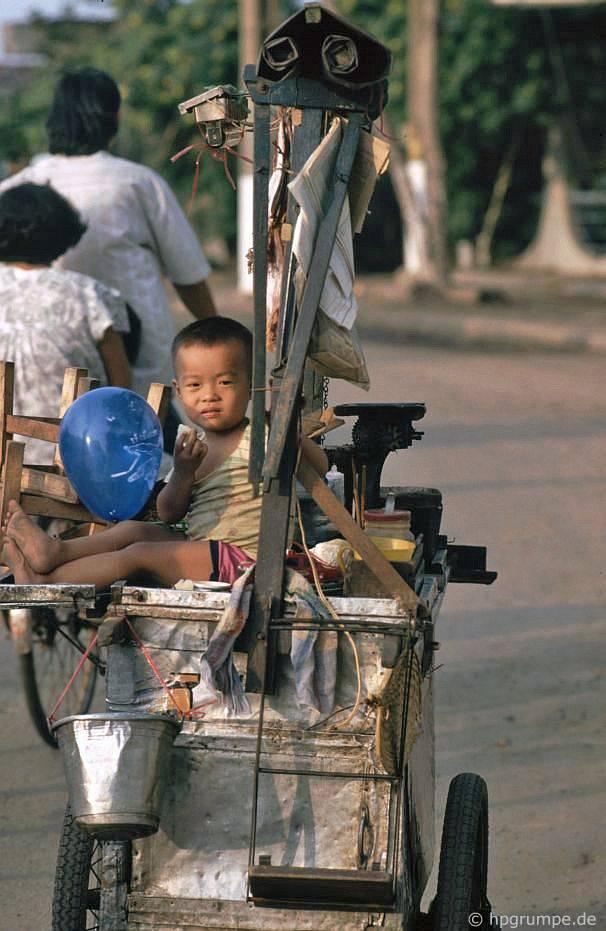 Saigon: Con của một thương nhân đường phố