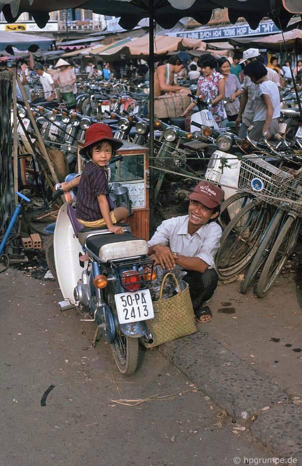 Sài Gòn: Chợ Lớn - chợ Bình Tây, bãi đậu xe hai bánh