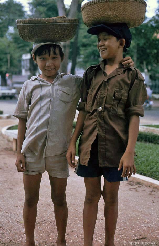 Saigon: Hai người bán đậu phộng