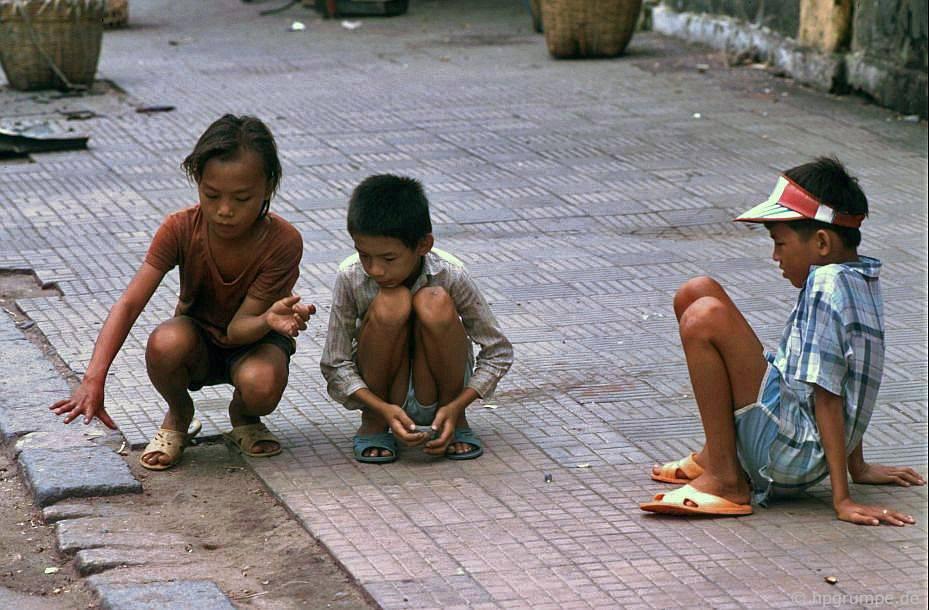 Saigon: Trẻ em chơi đá cẩm thạch
