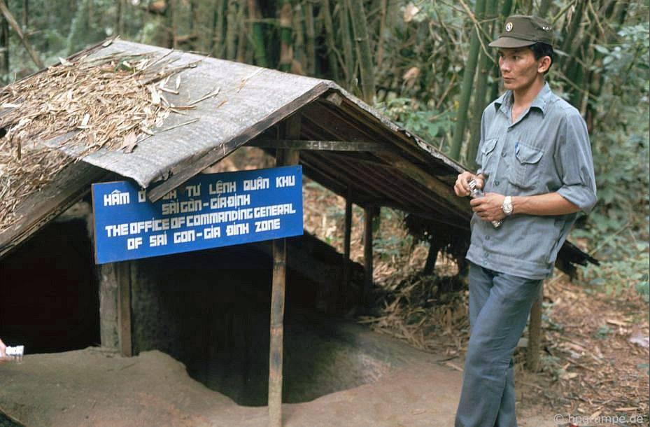 Củ Chi: lối vào đường hầm