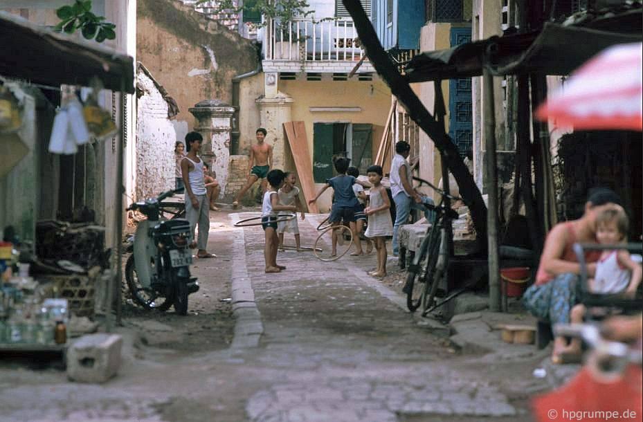 Hà Nội: Trẻ em trong khu phố cổ với hula hoop