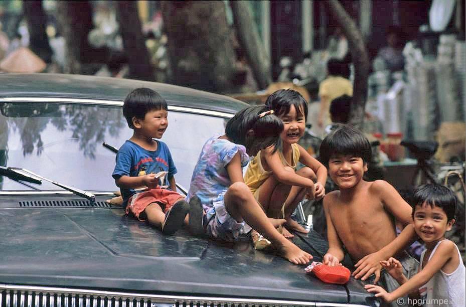Hà Nội: Trẻ em au mui xe của Volga