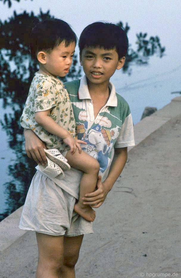 Hồ Hoàn Kiếm - Hà Nội: Boy với anh trai