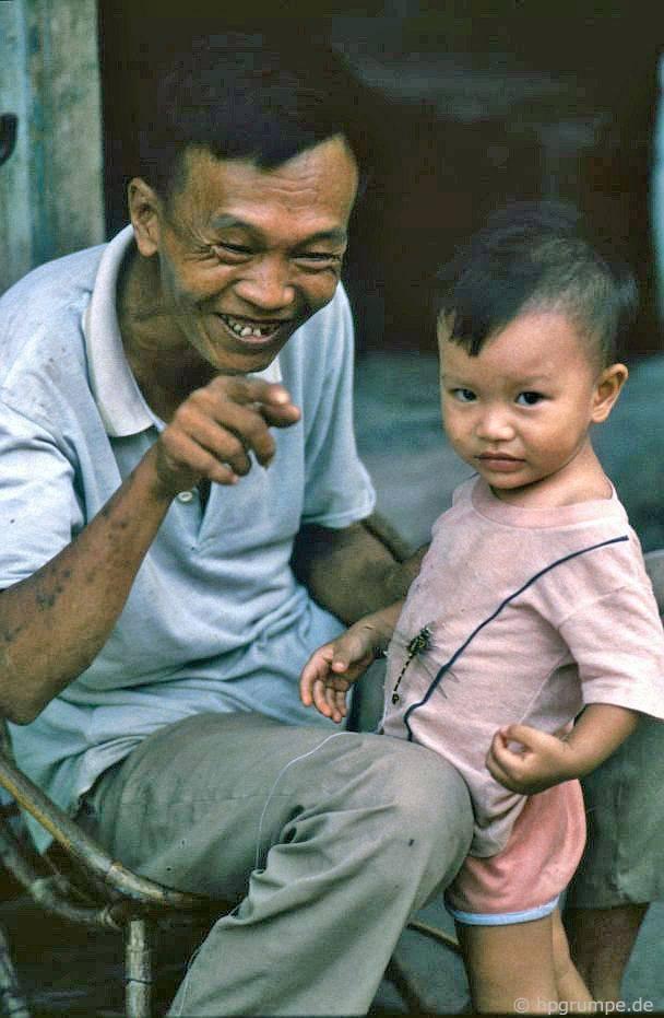 Hà Nội: Hai ông cháu và con chuồn chuồn