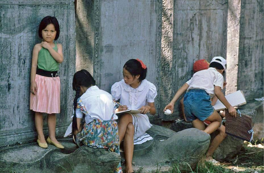 Hà Nội - Văn Miếu: Trẻ em sẵn sàng để bản rập của bia
