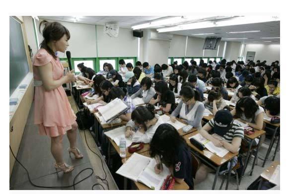 """Trong một lớp học thêm. Hệ thống giáo dục chỉ có một bộ sách giáo khoa làm chuẩn khiến giáo viên buộc long dạy kiểu """"trên bảo dưới phải nghe"""", học sinh buộc phải ghi nhớ y nguyên để phục vụ thi cử. Mục đích của giáo dục Hàn Quốc (và Nhật Bản) là chấp nhận hi sinh sự sáng tạo của (thiểu số) cá nhân có tiềm năng để tạo ra (đa số) những người nề nếp, quy củ, kỷ luật để sống trong một xã hội có trật tự trên dưới rõ ràng."""