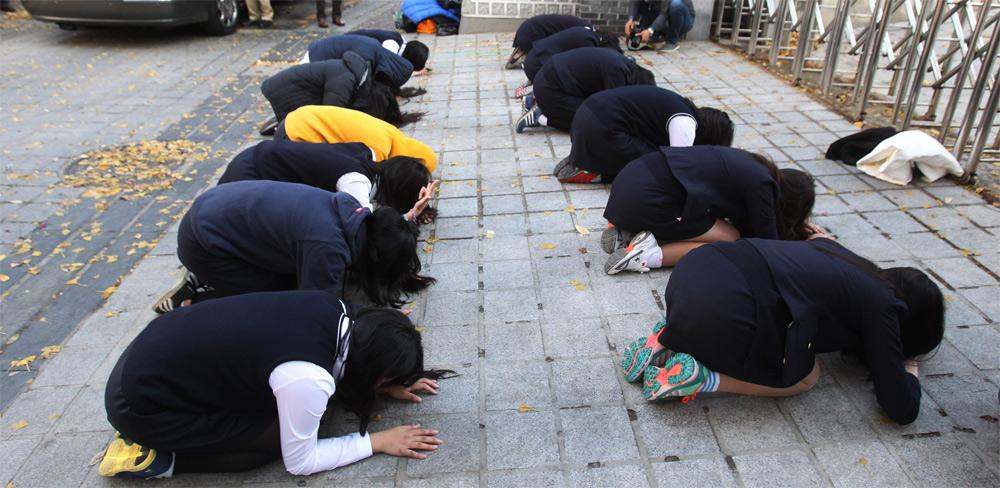 Học sinh vái lạy cầu may ngoài cửa trường thi trước ngày thi đại học chính thức.