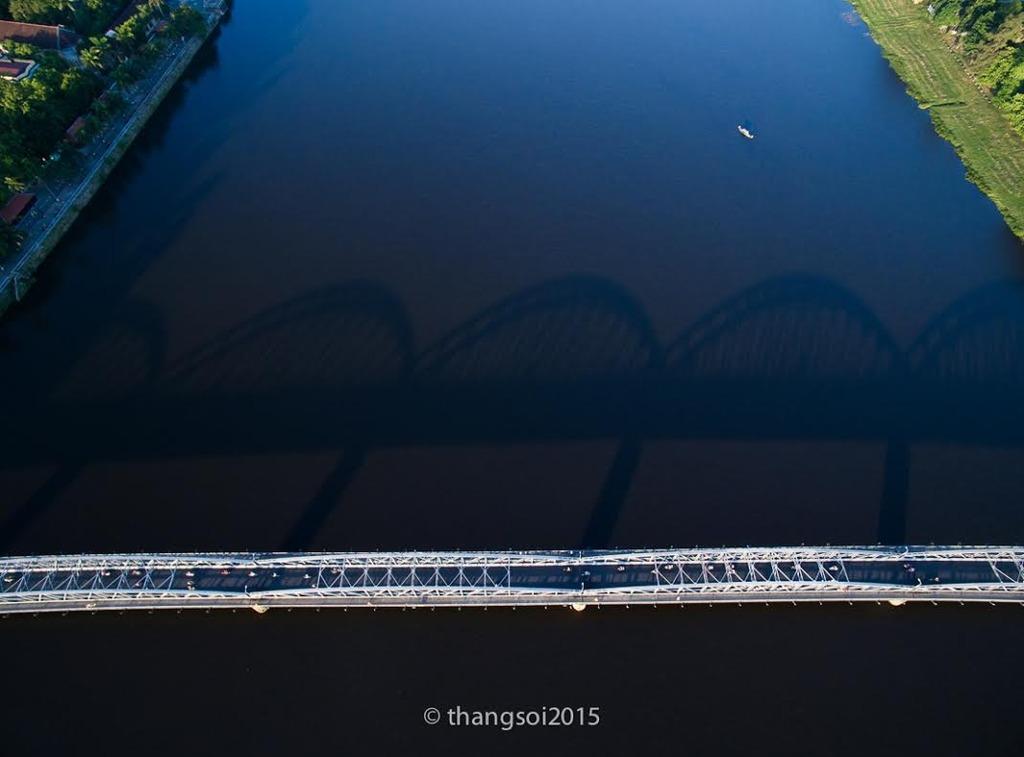 Cầu Trường Tiền bắt ngang sông Hương (Huế)