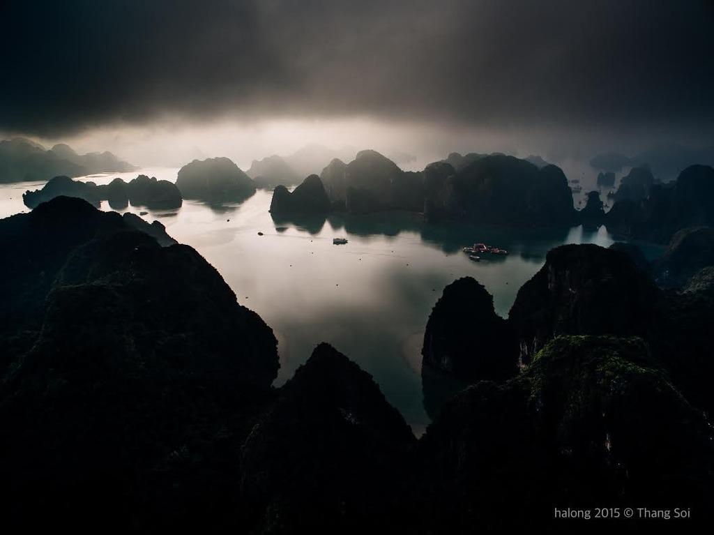 Vịnh Hạ Long trong làn mây mờ ảo.