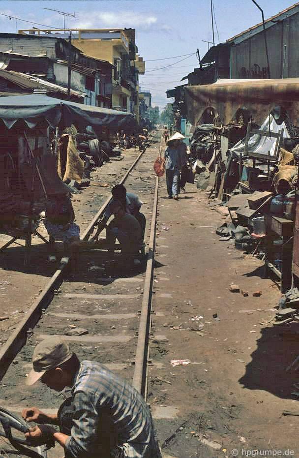Đà Nẵng: Sửa chữa xe đạp trên đường sắt