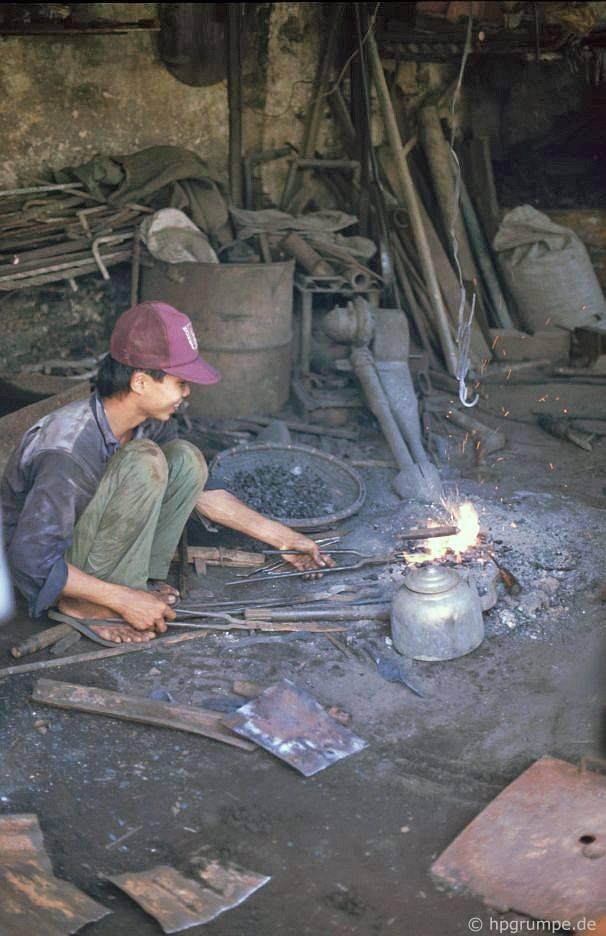 Hội An: Nhà chế biến kim loại