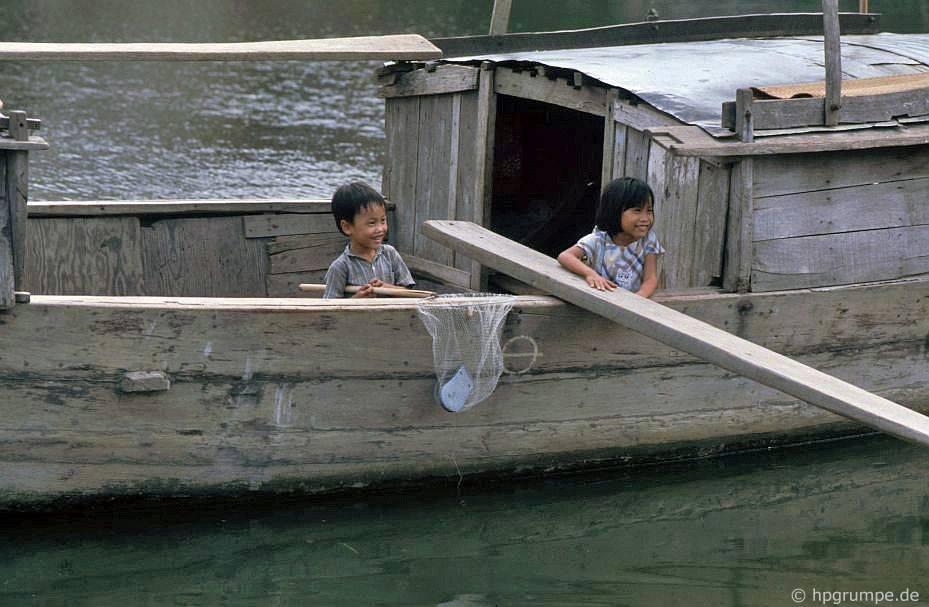 Hội An: Tại sông Thu Bồn - thuyền có 2 trẻ em