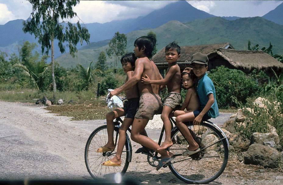 5 đứa trẻ đi xe đạp về phía Nam Huế