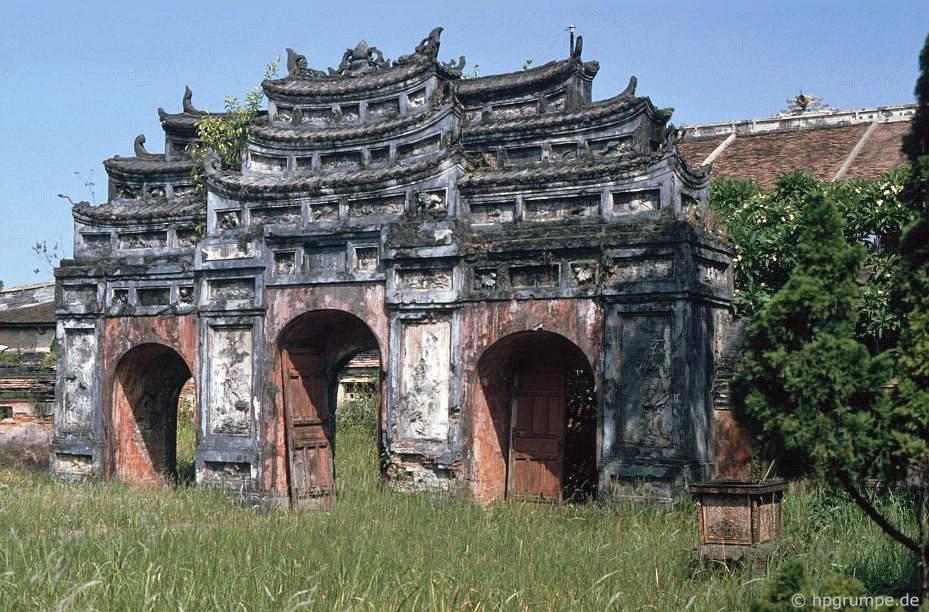 Thành phố Huế: Cổng có lỗ đạn