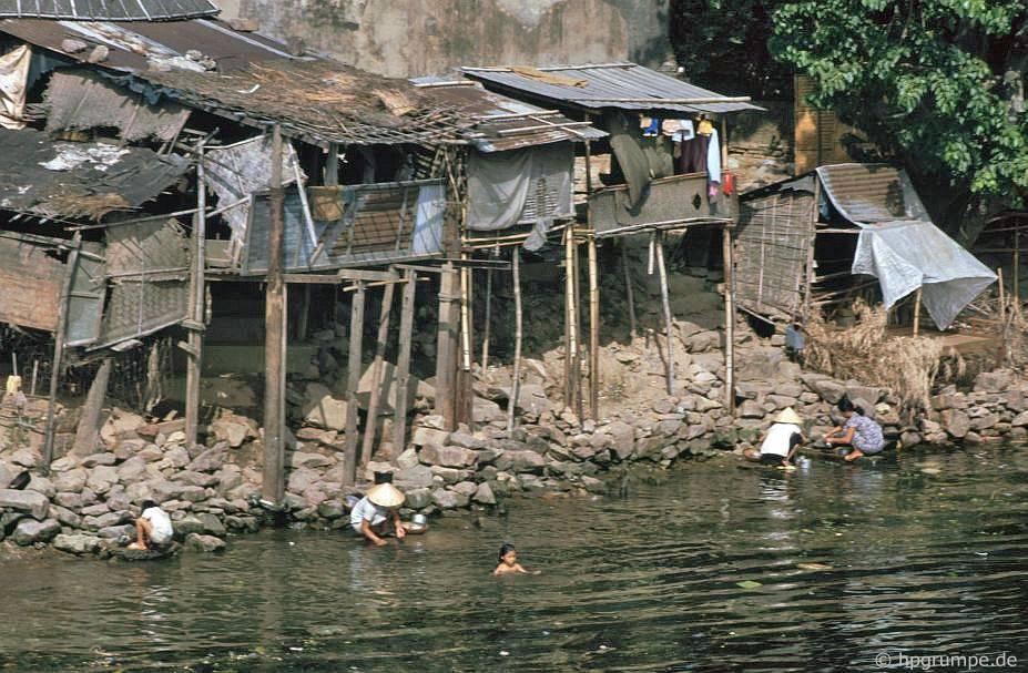 Huế: Nhà ngay trên sông