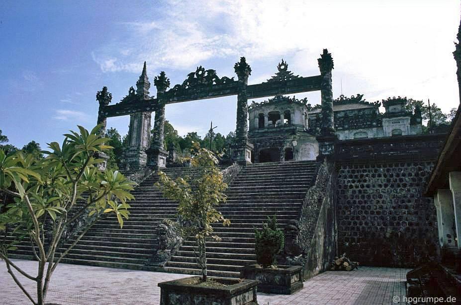 Huế: Chòm Hoàng đế Khải Định